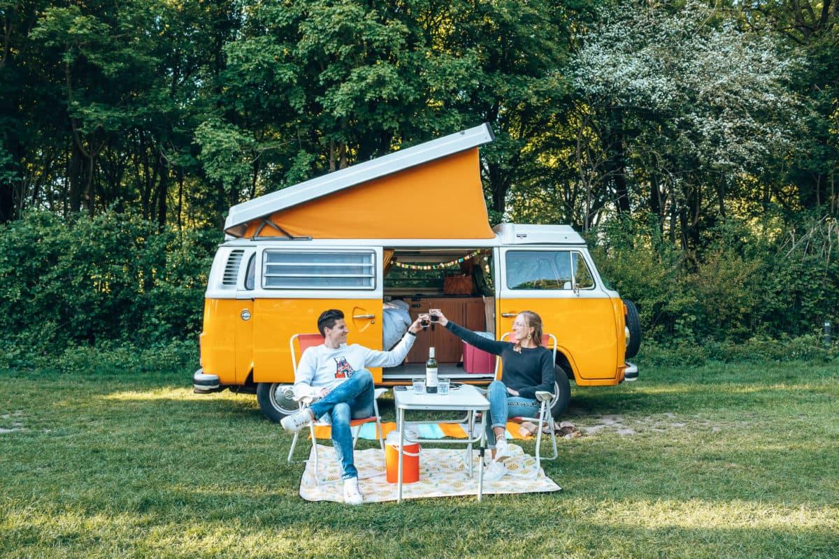 Veel campings openen gelukkig met hier en daar wat aanpassingen weer hun deuren. Hieronder een aantal campings waar jij kunt shinen met de Volkswagenbus.  -> deeplink -Camping de Lievelinge -Camping de Vliert -Camping de Paal -Camping Buitenland -Camping Bij Ons in Groesbeek  Wij sliepen met Mr. Orange een nachtje op Camping de Lievelinge in Vuren. De Lievelinge is een echte hippie camping. Het is een bosrijke omgevingen en er hangt een relaxte sfeer. Het verrukkelijke zwemmeer zorgt met warm weer voor verkoeling. De plekken zijn ongeveer 1,5 keer zo groot als normaal en je hebt een eigen Dixi waar je gebruik van kunt maken.