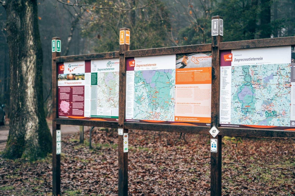 Bord met wandelroutes voor de Sallandse Heuvelrug. Waar parken en wandelen met een kinderwagen