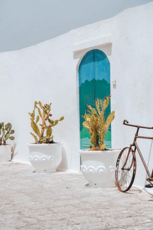 Foto hotspot Ostuni, blauwe deur met fiets