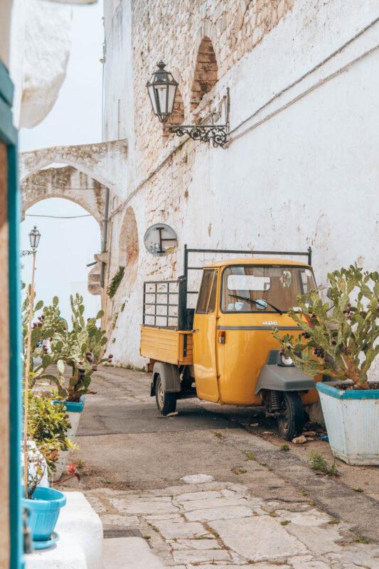 Mooiste plekken in Puglia, foto hotspot Ostuni straat met gele tuctuc